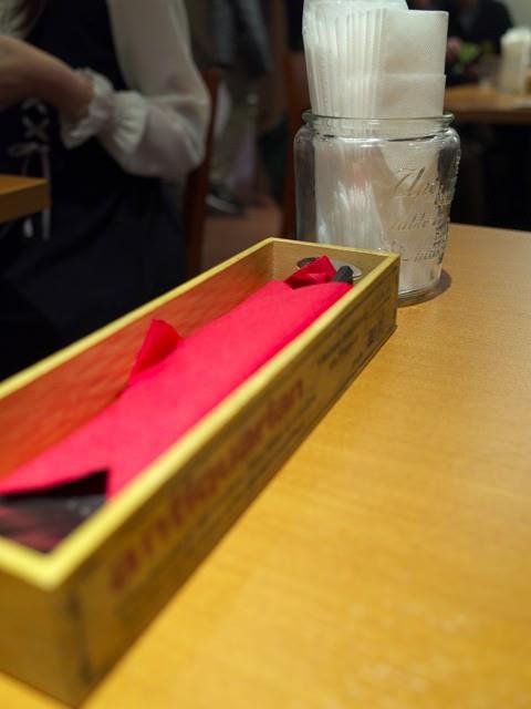 テーブル上のナイフとフォークの入れ物