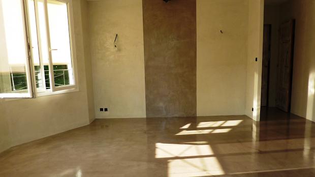 chantier de rénovation en béton ciré pour sol et mur par Les Bétons de Clara
