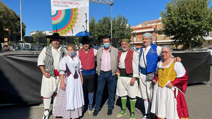 El diputado y el alcalde junto a integrantes de agrupaciones.