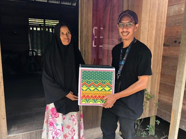 PWI Balangan bersama Adaro Bagikan Paket Ramadhan untuk Kaum Dhuafa
