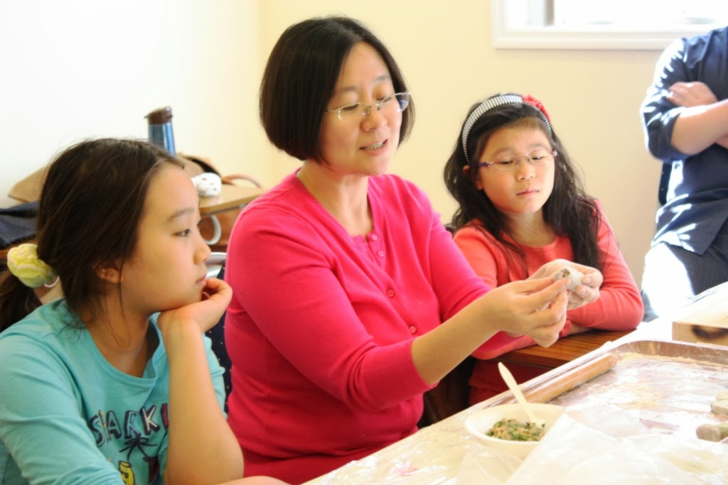 Making dumplings for Chinese New Year during Chinese school. 2013-02-17 中文學校課程