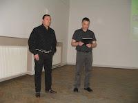Mento Zoltán polgármester köszönti az előadót Bodrogszerdahelyen a kultúrközpontban.jpg