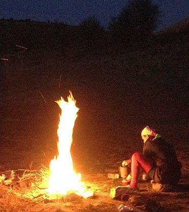 Meterhohes Lagerfeuer beim Zelten im Iran
