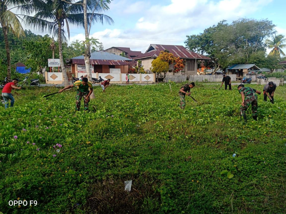 Personel Yonarmed 9 Kostrad Melaksanakan Karya Bakti di Pasar Desa Dofa