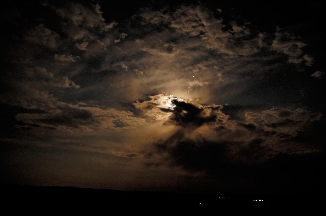 Resultado de imagem para Lua sob nuvens