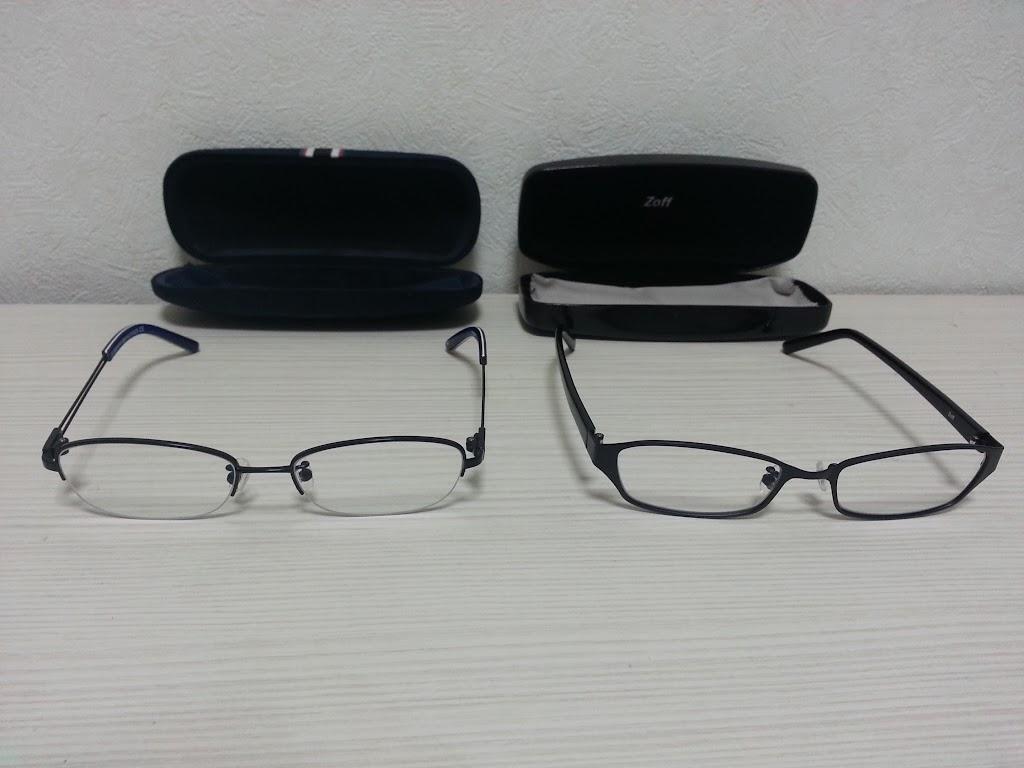トミーフィルフィガーのメガネTH5512NJとZoffのメガネZY12006を並べた写真