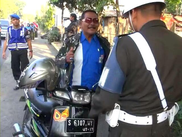 Belasan Warga Terjaring Razia Atribut TNI