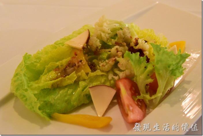 台南-轉角餐廳龍蝦餐廳。前菜沙拉,這盤使用油醋醬,所以上面有加了幾片高達起司來增加其風味。