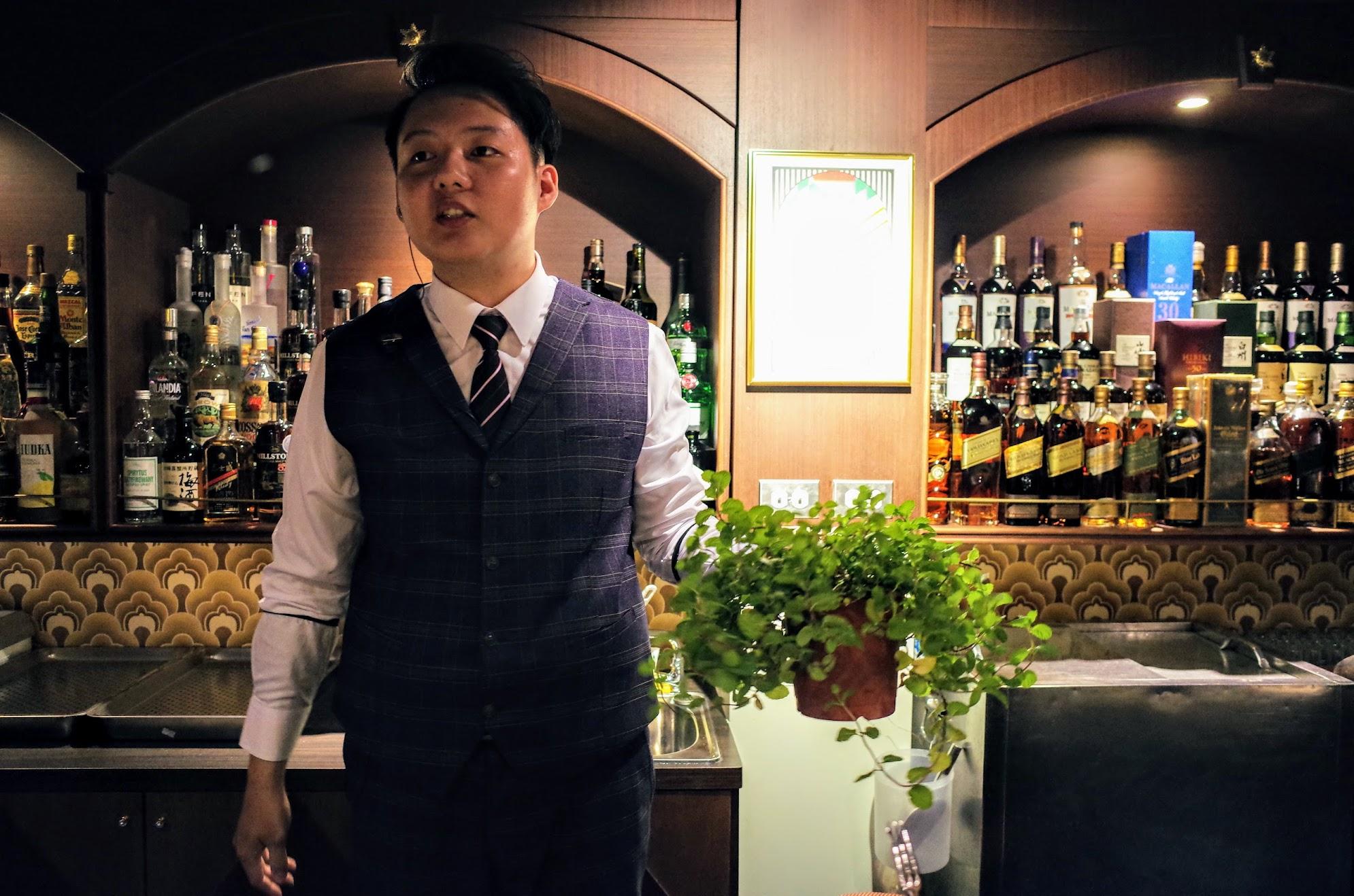 接著接著,調酒師拿出一盆花! 這是薄荷,直些現摘現特調...