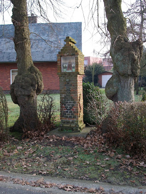 Beverlo-Beringen: kapelletje met 3 calvariekruisen (voor- + 2 zijkanten). Eerder uitzonderlijk met uitspringende stenen gemetst. De ouderdom is niet gekend.