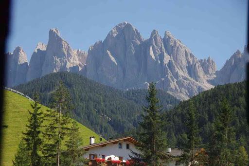 Val de Funes (depuis le bus). Vue sur le Geislergruppe.