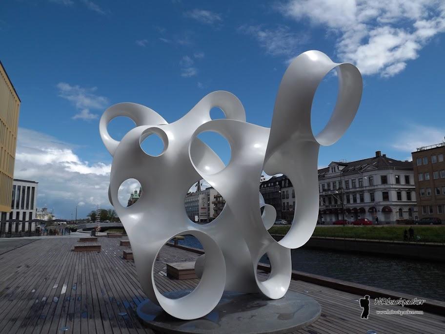 ...kao i ova modernistička skulptura uz luku