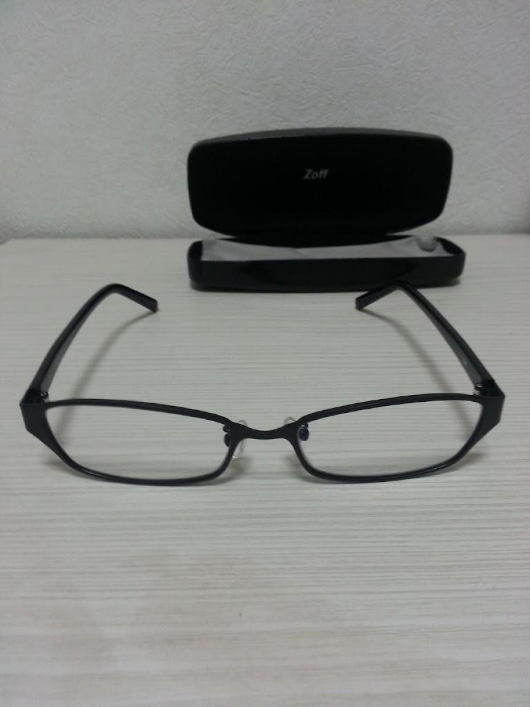 Zoffのメガネケースと黒縁メガネZY12006の写真