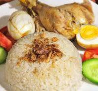 tusuk daging ayam dengan garpu atau ujung pisau yang lancip RESEP NASI AYAM HAINAN ENAK