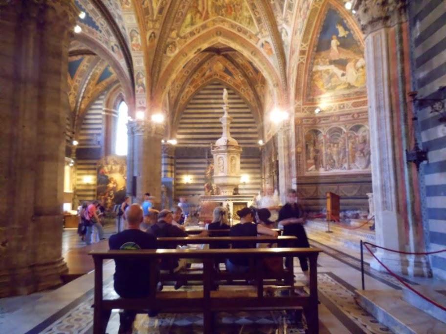Bancos en el interior del Baptisterio de Siena
