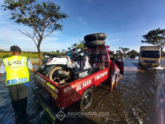 Warga Ramai Ramai Jadi Relawan Banjir Bantu Pengendara Agar Bisa Melintas