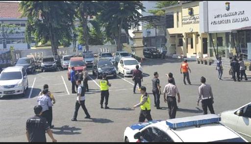 Pelaku Bom Di Mapolrestabes Surabaya Menggunakan Motor