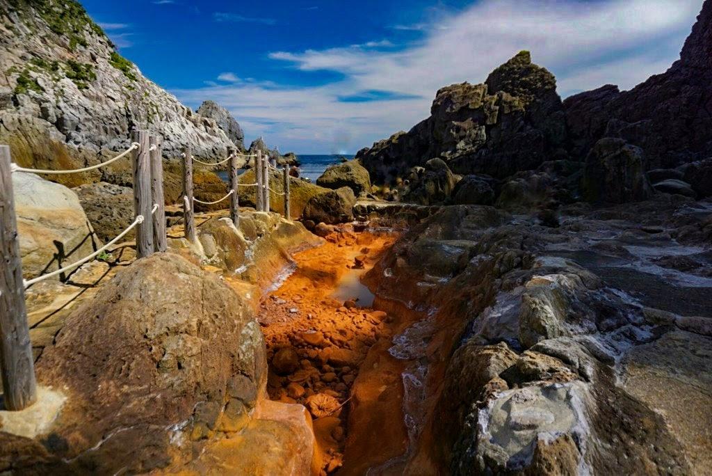 赤褐色の岩