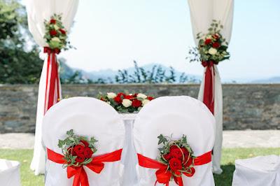 Stühle des Brautpaars im Garten