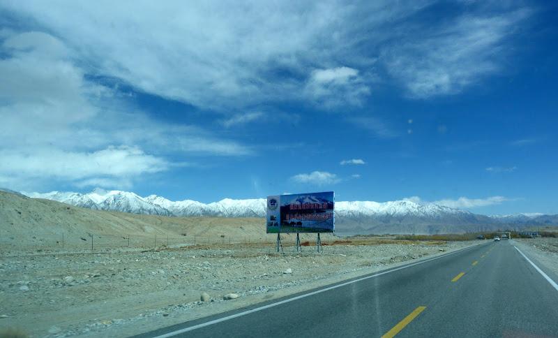 XINJIANG. Karakoram Highway, lune des plus haute route au monde, en passant a 4400 m - P1280537.JPG