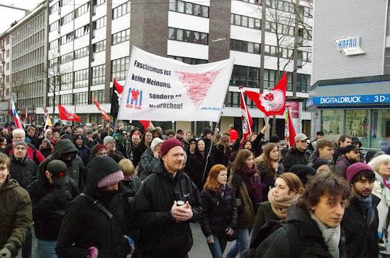 Antifaschisten mit Transparenten und Fahnen.