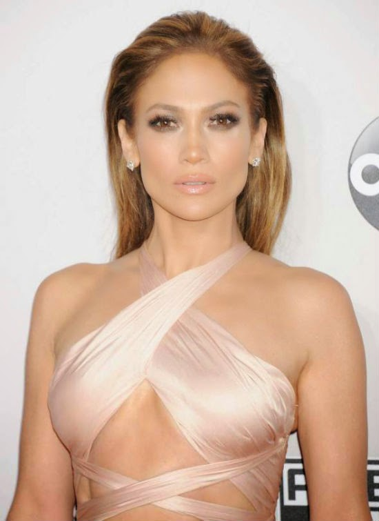 Jennifer Lopez khoe đủ… 3 vòng trên thảm đỏ AMA 2014