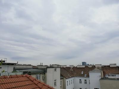 Das aktuelle Wetter in Wien-Favoriten am 15.05.2015:  Heute bleibt es überwiegend bewölkt und kühl und am Nachmittag könnte es auch kurz einmal regnen. Im Gegensatz zu den Wettermodellen von vor einigen Tagen mit bis zu 30 l/m² Regen, streift uns lediglich das Italientief. Nach Frühwerten von 13.5°C wird es heute nicht wärmer als 17, eventuell auch 18 Grad. Damit wird der Freitag der kühlste Tag der Woche! #wetter  #wien  #favoriten  #wetterwerte
