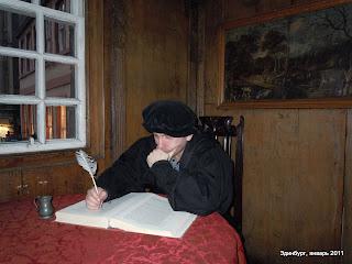 Я за столом в музее Джона Нокса, крупнейшего шотландского религиозного реформатора XVI века, заложившего основы пресвитерианской церкви  Надев костюм и шапочку, взяв в руки перо, я склонился над книгой и понял... что вот в таком образе можно сфотографироваться