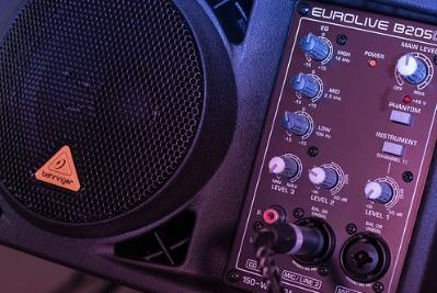 bagaimana cara menghilangkan suara dengung speaker aktif