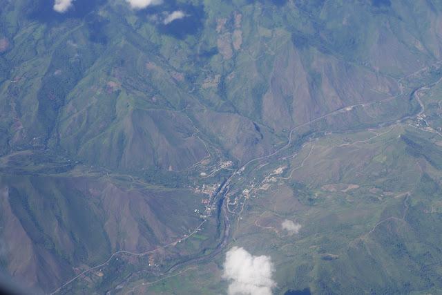 Vue aérienne : la vallée du Rio Mira et El Limonal (Imbabura, Équateur). 15 décembre 2013. Photo : J.-M. Gayman