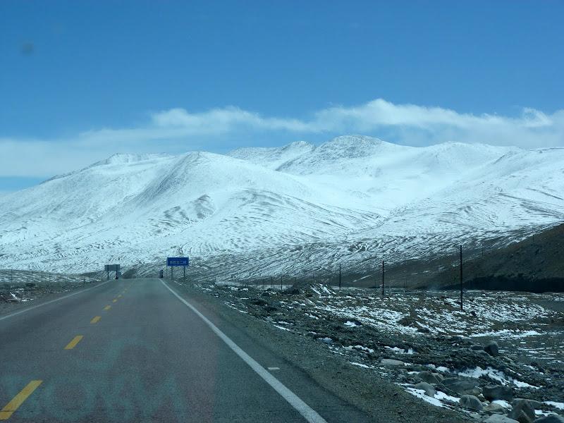 XINJIANG. Karakoram Highway, lune des plus haute route au monde, en passant a 4400 m - P1280528.JPG