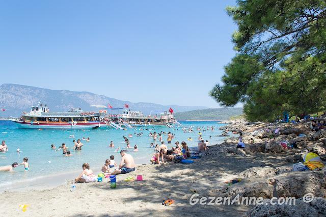 İncekum plajına demir atmış tur tekneleri, Marmaris Muğla