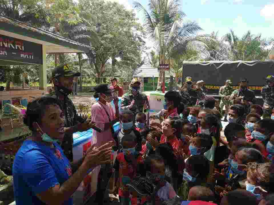 Ubah Truk menjadi Mobil Perpustakaan, Satgas Yonif MR 413 Kostrad Bantu Cerdaskan Anak Perbatasan RI-PNG