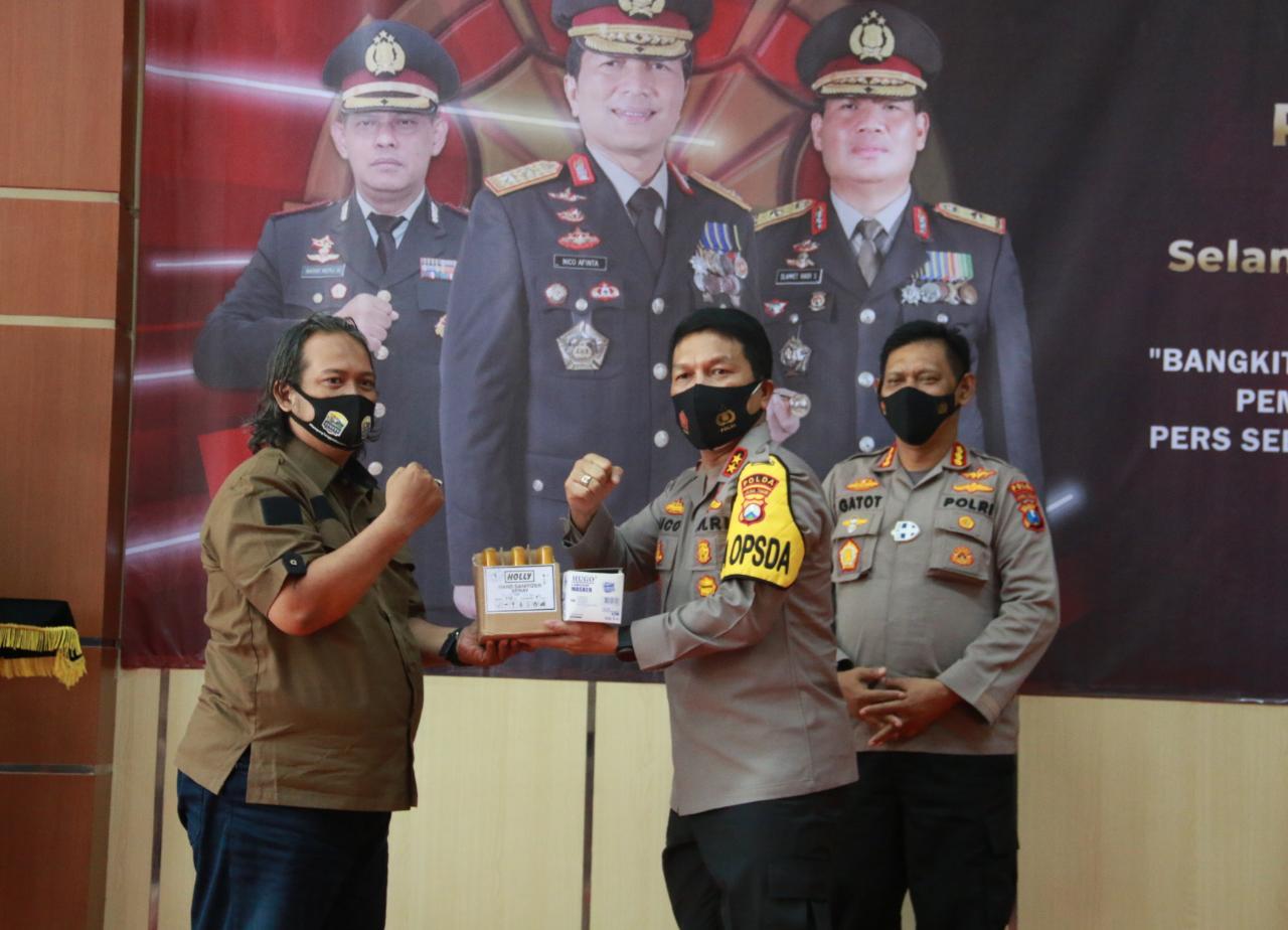 Peringati HPN ke-75, Kapolda Berikan Surprise Ke Wartawan Polda Jatim