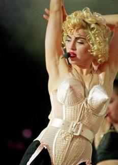 madonna-usa-o-conico-e-iconico-corset-desenhado-pelo-estilista-frances-jean-paul-gaultier-para-sua-turne-blonde-ambition-em-1990-1428955630460_300x420