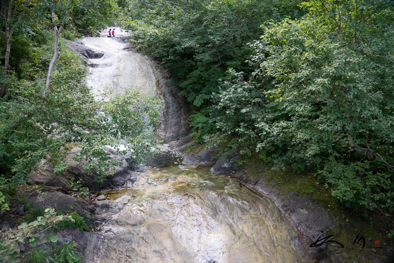 硫黄山から流れ込む湯の滝。。。
