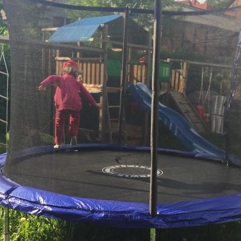 Kind hüpft auf Trampolin