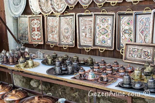 Safranbolu çarşıdaki bakırcılarda satılan turistik eşyalar