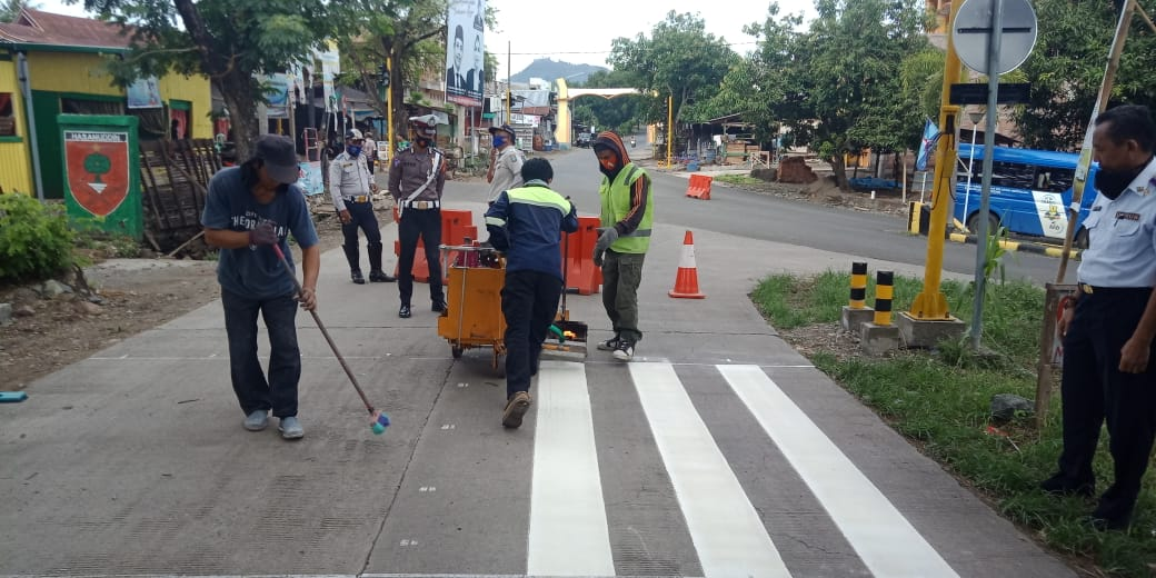 Satlantas Bersama Dishub Giat Pasang Traffic Light dan Marka Jalan