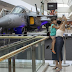 Visitantes se encantam com réplica do F-39 Gripen da FAB em shopping de Brasília (DF)