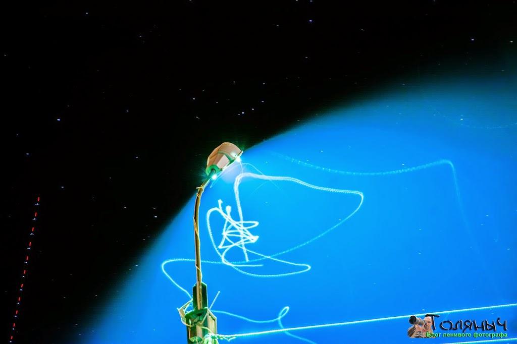 Ночной Суворов. Светлые полоски - полет майских жуков, а вот прерывистая красно-голубая линия - полет самолета