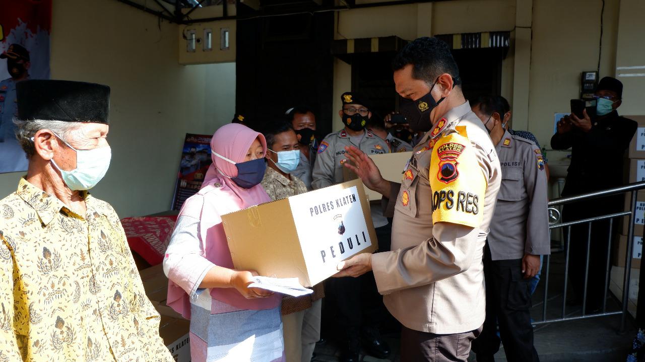 Mewakili Negara Hadir, Polres Klaten Bagi Paket Sembako Kepada Warga Manisrenggo Terdampak Covid-19