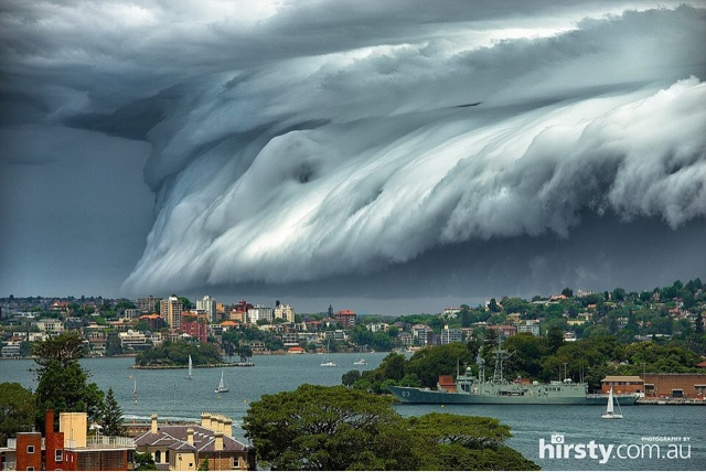 gelombang awan besar menyerupai tsunami