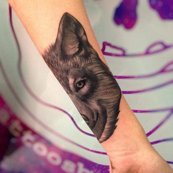Este realista lobo no antebraço