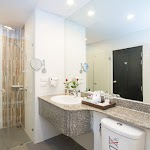 040 Deluxe Room - Bathroom.jpg