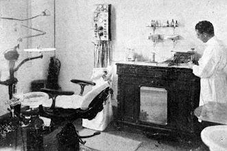 Photo: Interior de um consultório dentário. Foto sem data