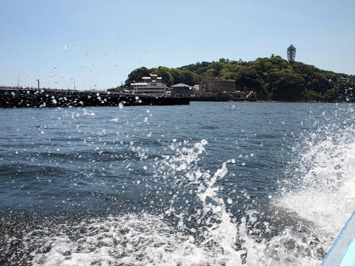 [写真]弁天丸から江ノ島を見る