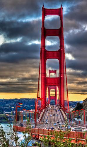 Le Golden Gate Bridge de San Francisco tout de rouge vêtu