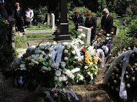 13 A virágok és koszorúk beborították a sírt.JPG