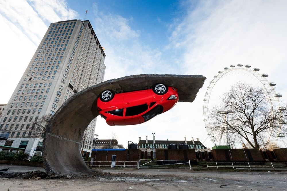 alex-chinneck-upside-down-car-1